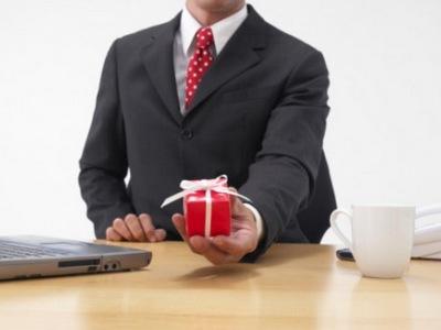 подарок мало знакомому человеку